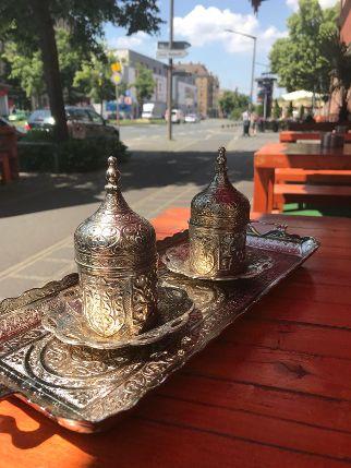 Mokka-Trinken im Livan.